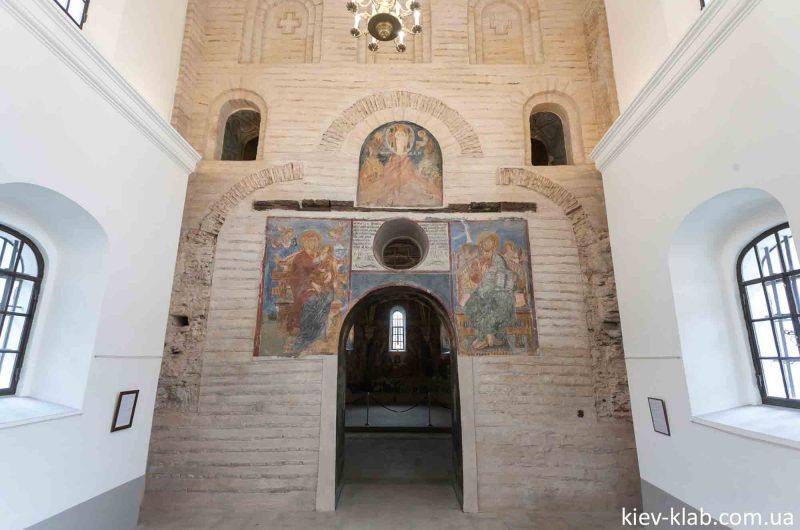 Вход в храм на Берестове