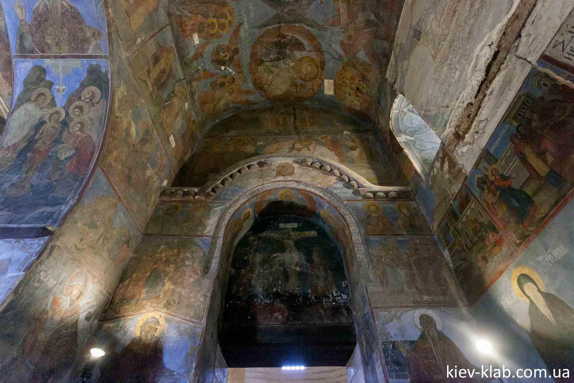 Старинные своды храма Спаса на Берестове