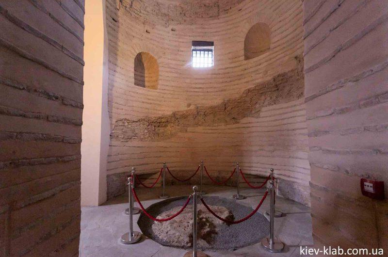 Открытый кусок фундамента в храме Спаса на Берестове