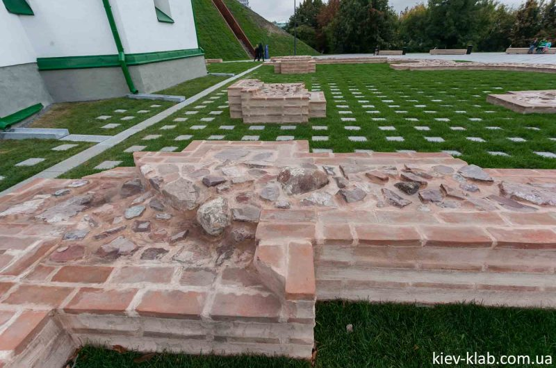 Откопаный фундамент церковь Спаса на Берестове