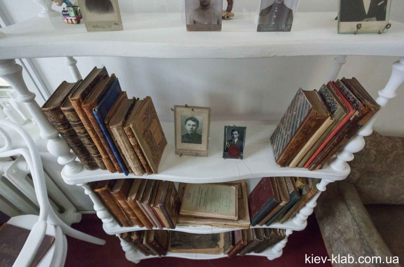 Книжные полки в доме Булгакова