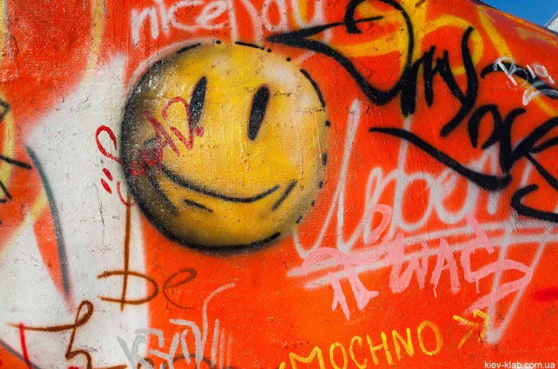 "Скульптура ""Друг"" граффити"