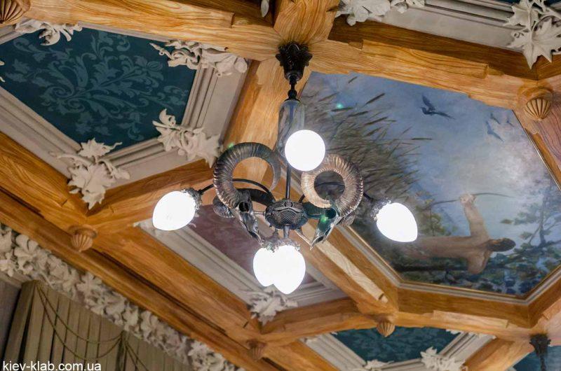 Рога на светильнике в доме с Химерами