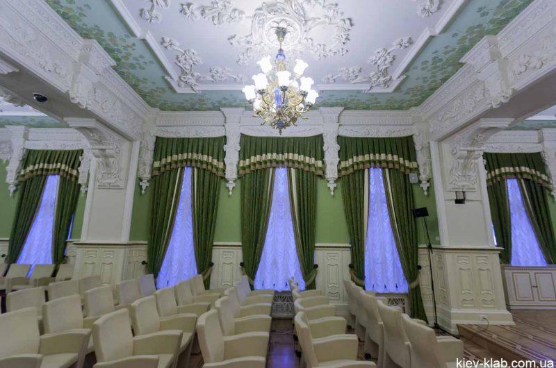 Кресла в зелёном кабинете дома с Химерами