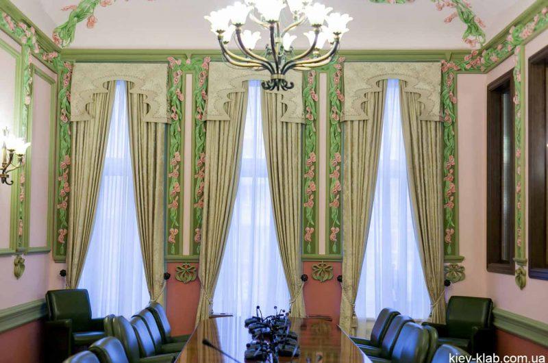 Красивые стены в кабинете президента дома с Химерами
