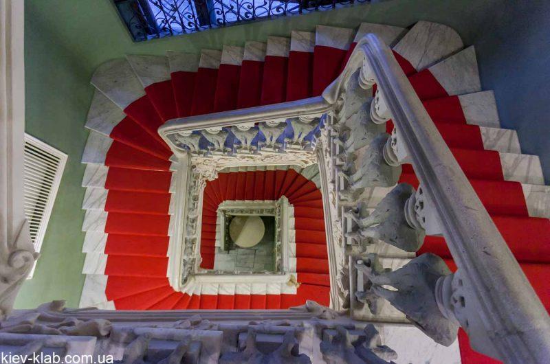 Лестница в доме с Химерами