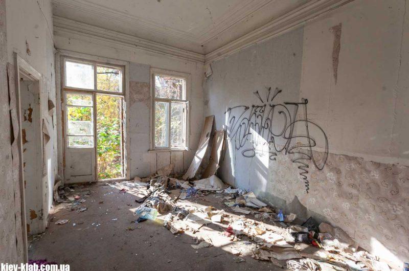 Разруха внутри дачи в Пуще-Водицы
