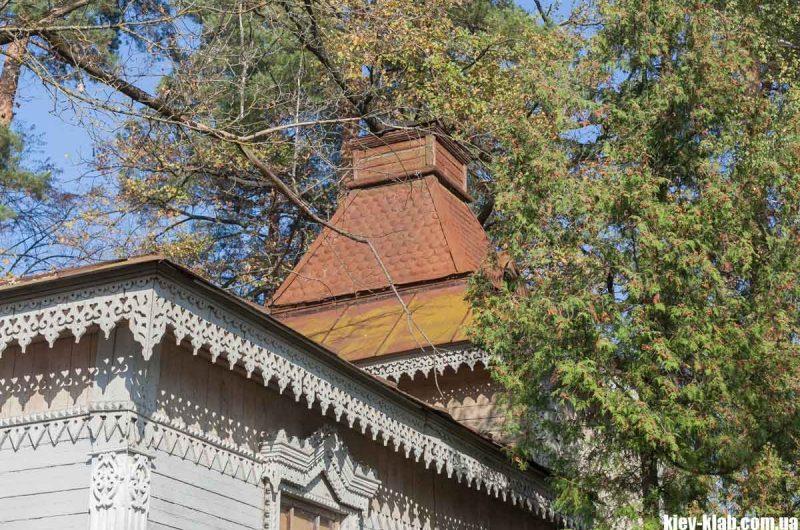 Старинный дымоход на даче в Пуще-Водице