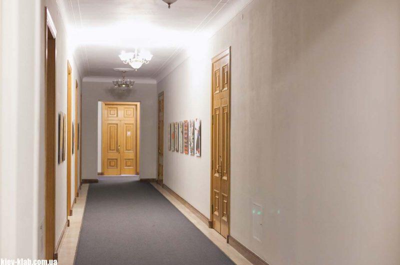 длинный коридор на втором этаже АП