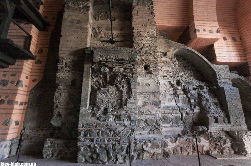 Древняя стена в Золотых Воротах