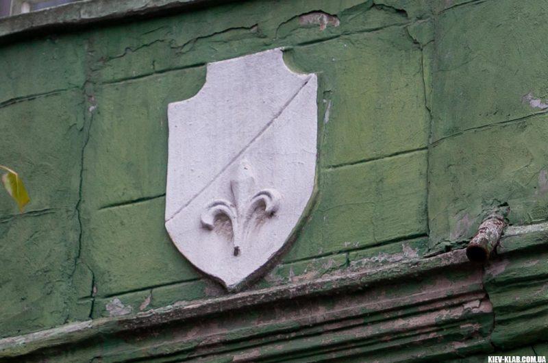 Герб на доме с котами