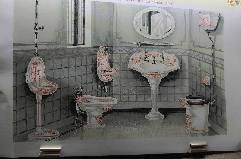 Парижский старинный туалет