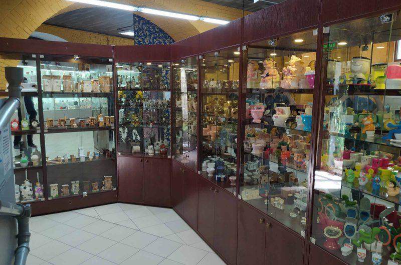 Экспозиция сувенирных унитазов