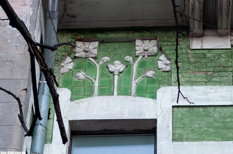 Ирисы на фасаде