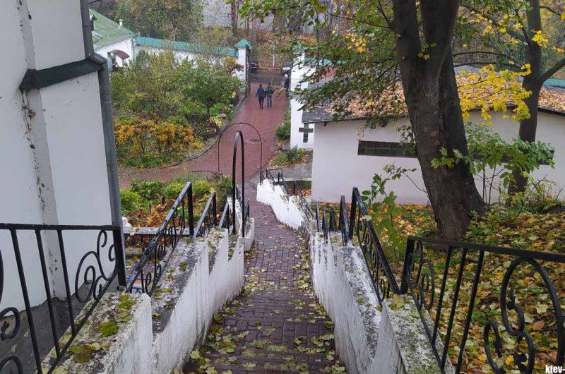 Территория Выдубицкого монастыря