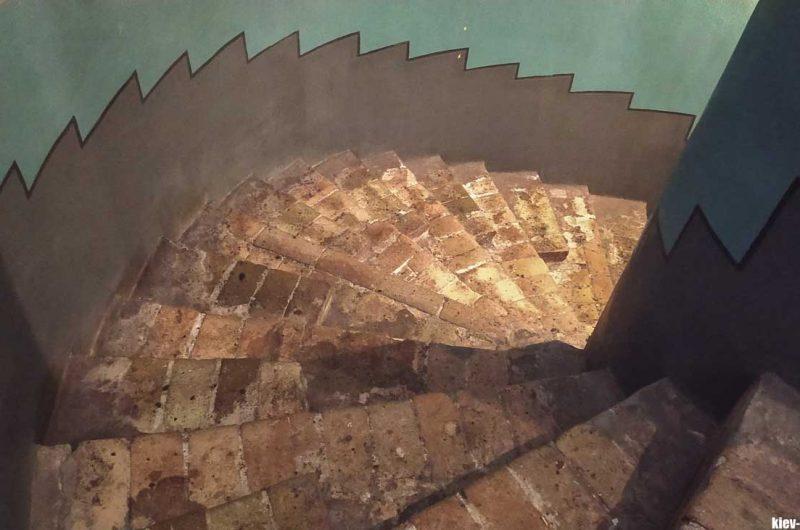 Ступеньки в соборе 11 столетия