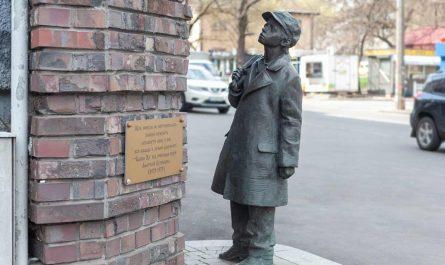 Памятник Анатолию Кузнецову Киев